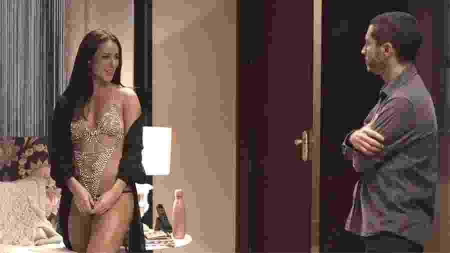 Camilo (Lee Taylor) fica incomodado com look sensual de Vivi Guedes (Paolla Oliveira) em A Dona do Pedaço - Reprodução/Globo
