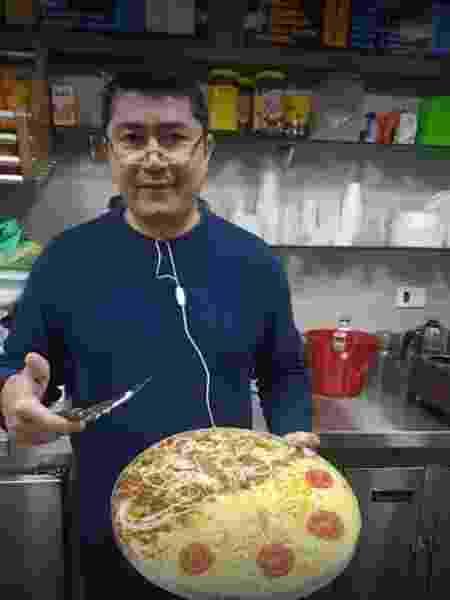 """Toninho prepara café, atende ao buffet cobrado à vontade. É nome no letreiro e no registro do CNPJ: """"eu faço de tudo!"""" - Reprodução/Facebook"""