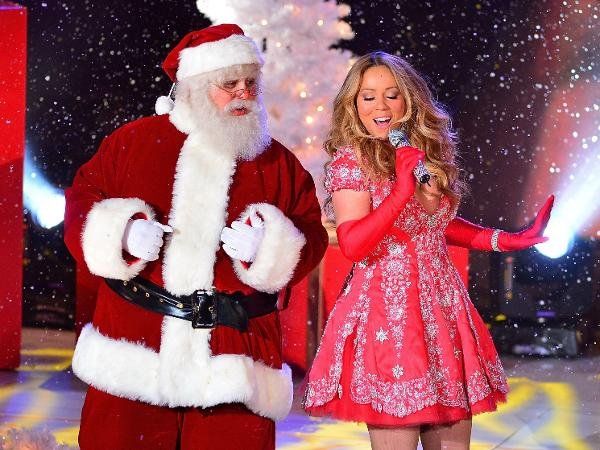 """Mariah Carey canta """"All I Want For Christmas Is You"""" ao lado de homem vestido de Papai Noel"""