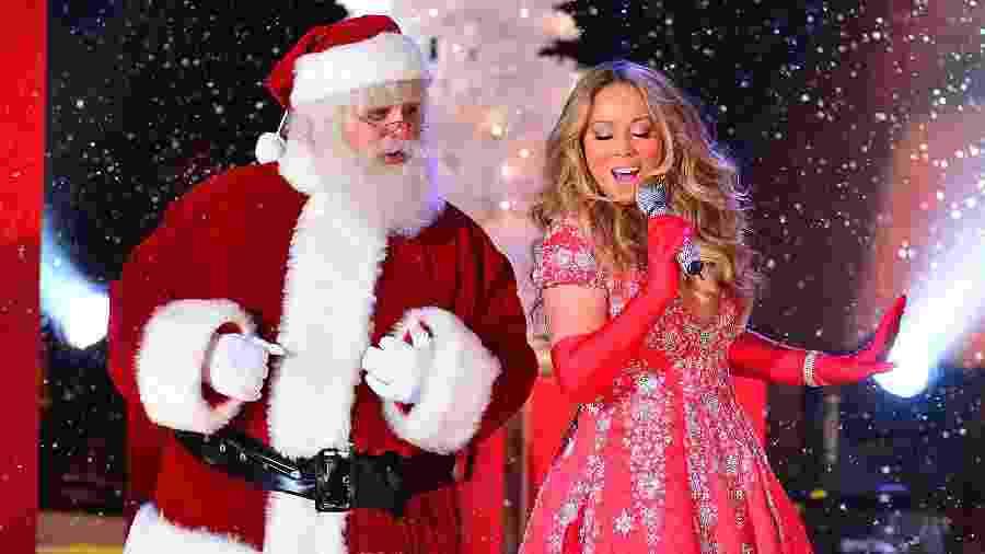 """Mariah Carey canta """"All I Want For Christmas Is You"""" ao lado de homem vestido de Papai Noel - James Devaney/WireImage"""