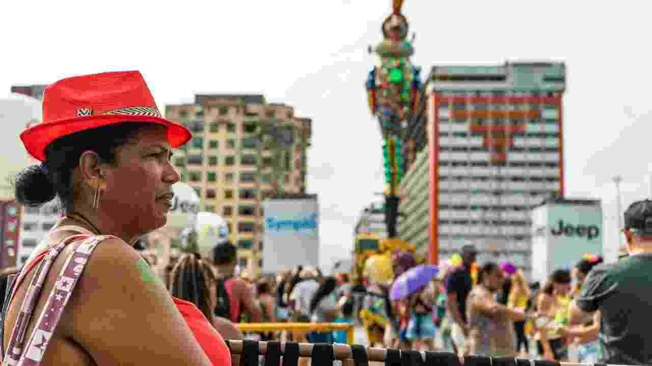 Sandra Maria, moradora da praia de Maria Farinha, na cidade de Paulista, vende doleiras e arranjos de cabelos durante o Carnaval - André Soares/UOL