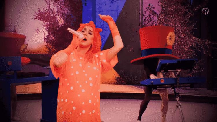 Katy Perry com um dos 'músicos' de sua banda no Tomorrowland - Reprodução - Reprodução