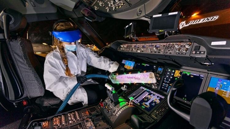 Bastão de luz ultravioleta criado pela Boeing - Divulgação - Divulgação