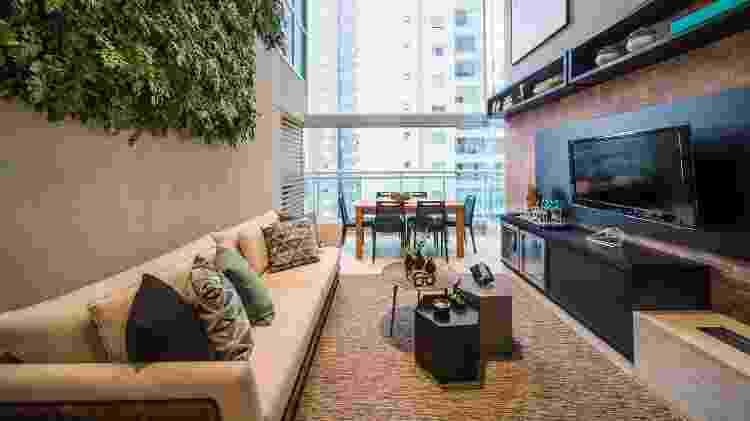 O verde contrasta com a paisagem urbana neste projeto da BeliArq - Demian Golovaty - Demian Golovaty