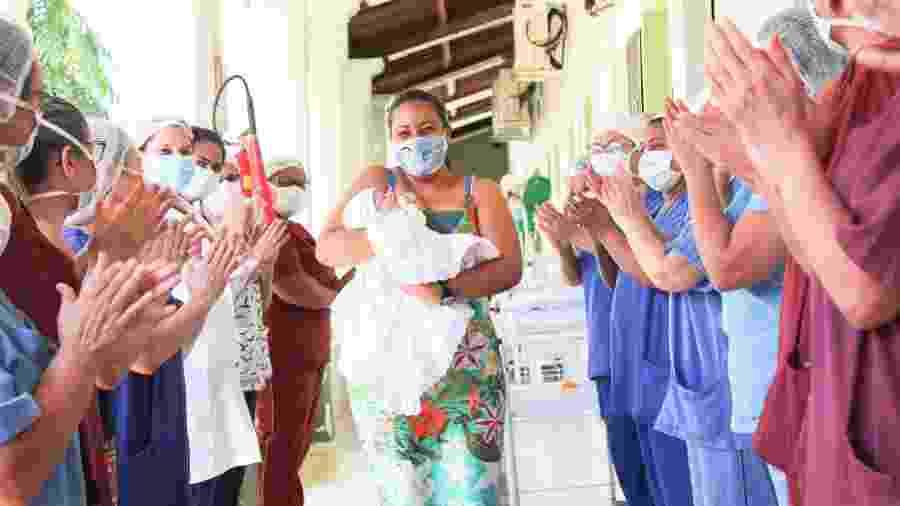 Maryane ao deixar o hospital com o bebê - Arquivo Pessoal