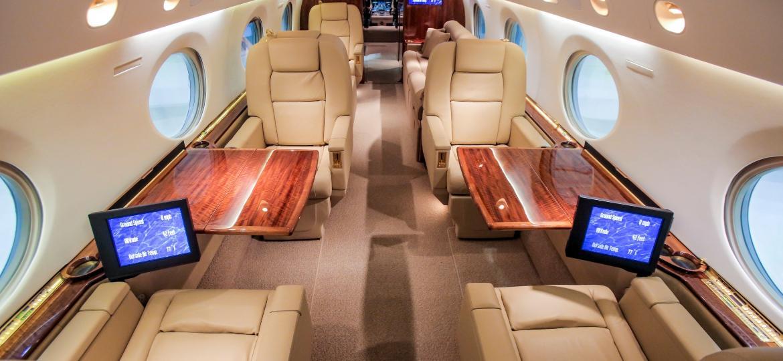Interior do Gulfstream GV, um dos jatinhos disponíveis para quem busca viagens com mais exclusividade - Divulgação/Flapper