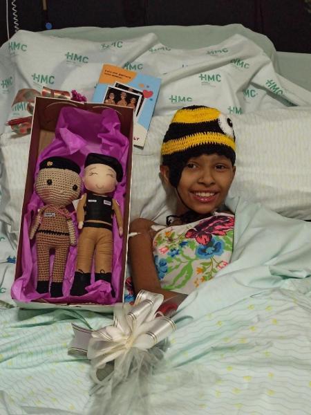 Internada com câncer em hospital de Ipatinga (MG), Isabelly Pereira, 11, sonhava conhecer uma policial; ela recebeu visita de uma PM e ganhou bonecas personalizadas - Arquivo pessoal