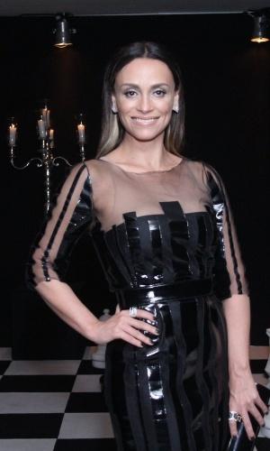 """27.ago.2015 - Com look preto, Suzana Pires vai à festa da novela """"A Regra do Jogo"""",  no clube Costa Brava, no Rio de Janeiro"""
