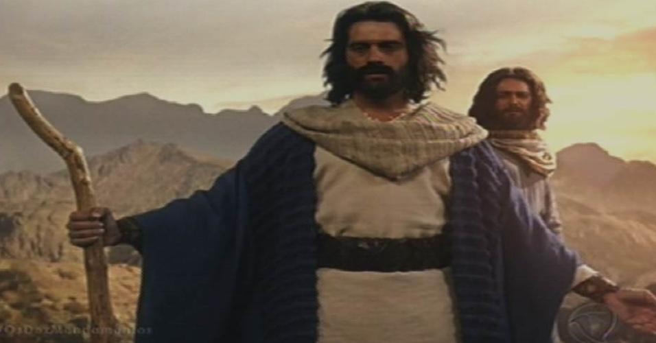 """8.out.2015 - Moisés (Guilherme Winter) invoca a sétima praga aos céus para salvar os hebreus condenados à morte em """"Dez Mandamentos"""""""