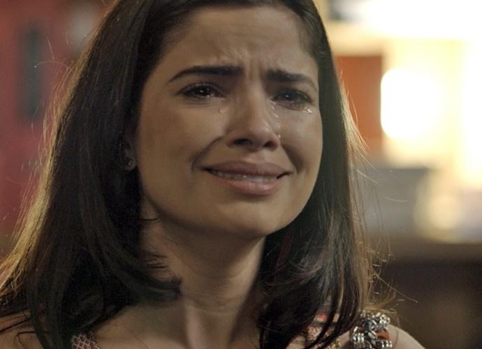 Tóia chora na frente de Juliano e diz que sente falta do ex