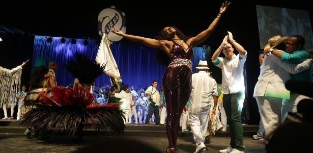 Cris Vianna e compositores na festa de lançamento do CD com os sambas-enredo das escolas do samba do Grupo Especial do Rio
