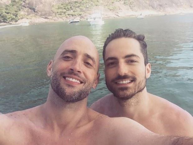 No dia do casamento, Paulo Gustavo publicou uma foto com Thales Bretas na praia