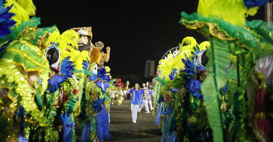 6.fev.2016 - Integrante da harmonia da Águia de Ouro organiza uma das alas da escola, a terceira a desfilar na primeira noite do Carnaval de São Paulo