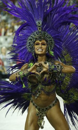 7.fev.2016 - A rainha de bateria Gracyanne Barbosa faz coraçãozinho com a mão para o público durante o desfile da X-9 Paulistana, escola que encerra o grupo especial do Carnaval de São Paulo