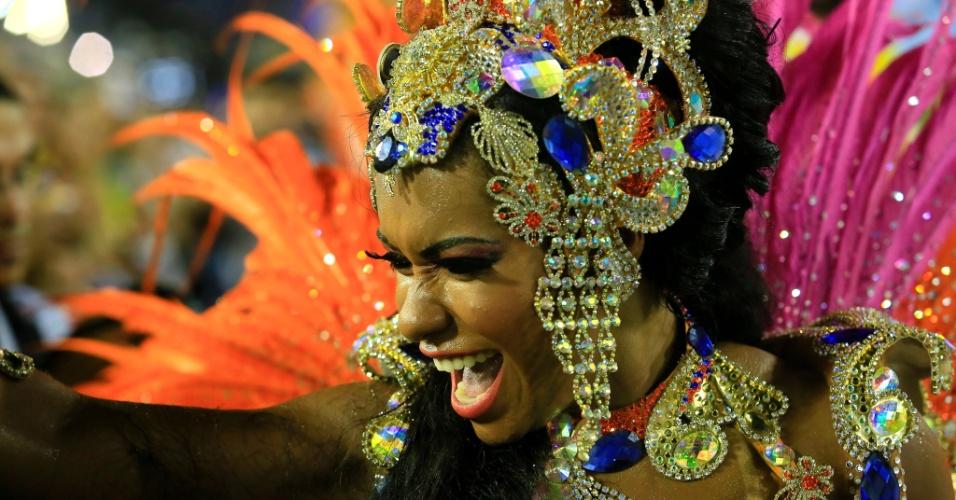8.fev.2016 - Raíssa de Oliveira, a rainha de bateria da Beija-Flor, representa a nobreza da corte com sua fantasia