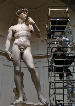 29.fev.2016 - O delicado trabalho de conservação da escultura de Davi, umas das obras mais famosas de Michelangelo que está exposta na cidade de Florença, na Itália - Alberto Pizzoli/AFP