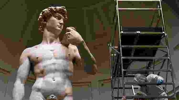29.fev.2016 - O delicado trabalho de conservação da estátua de Davi, umas das obras mais famosas de Michelangelo que está exposta na cidade de Florença, na Itália - Alberto Pizzoli/AFP - Alberto Pizzoli/AFP