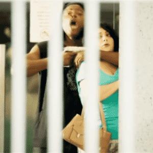 9.abr.2014 - Numa das cenas, o personagem --um bandido que mantém a mulher refém-- exige um ministério para conseguir o foro privilegiado como condição para libertá-la - Reprodução/TV Globo