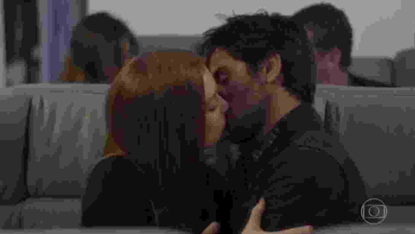 """Eliza e Jonatas embarcam e se beijam dentro do avião rumo a Paris no último capítulo de """"Totalmente Demais"""" - Reprodução/TV Globo"""