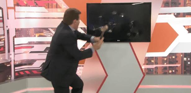 Irritado, apresentador destrói monitor e cenário após falhas ao vivo - Reprodução/RIC TV/Record TV