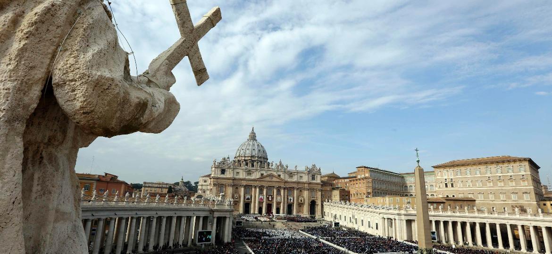 Fiéis assistem na Praça de São Pedro, no Vaticano, a canonização de santos - Alessandro Bianchi/Reuters
