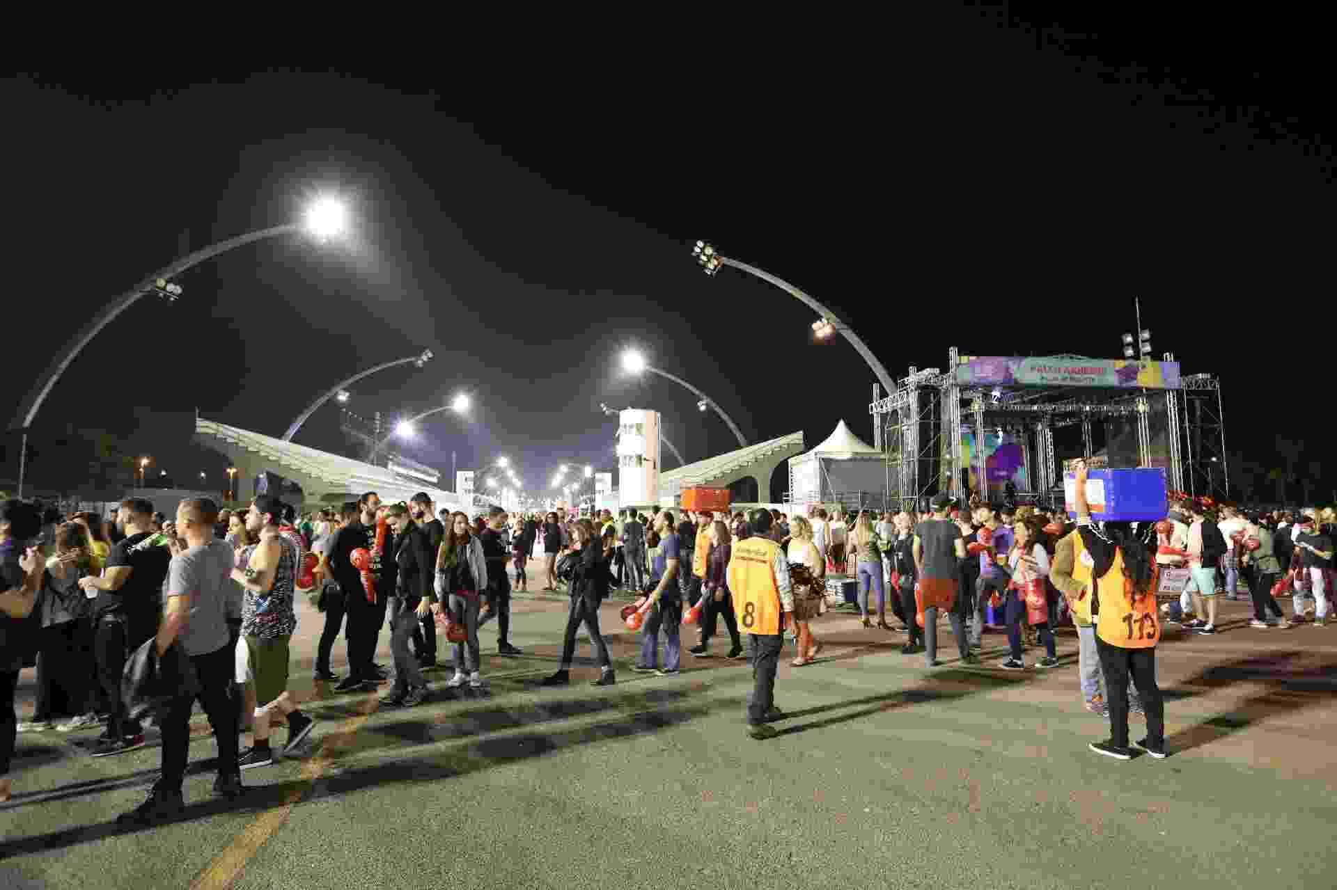Público ocupa o Sambódromo do Anhembi para a primeira noite da Virada Cultural 2017 - Simon Plestenjak/UOL