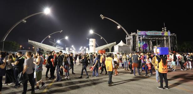 Público ocupa o Sambódromo do Anhembi