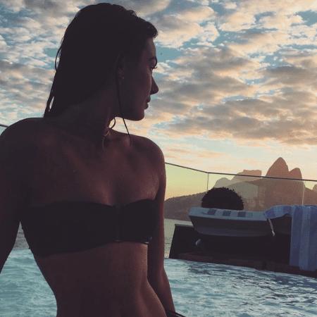 Isis Valverde se refresca com banho de mar - Reprodução/Instagram/isisvalverde