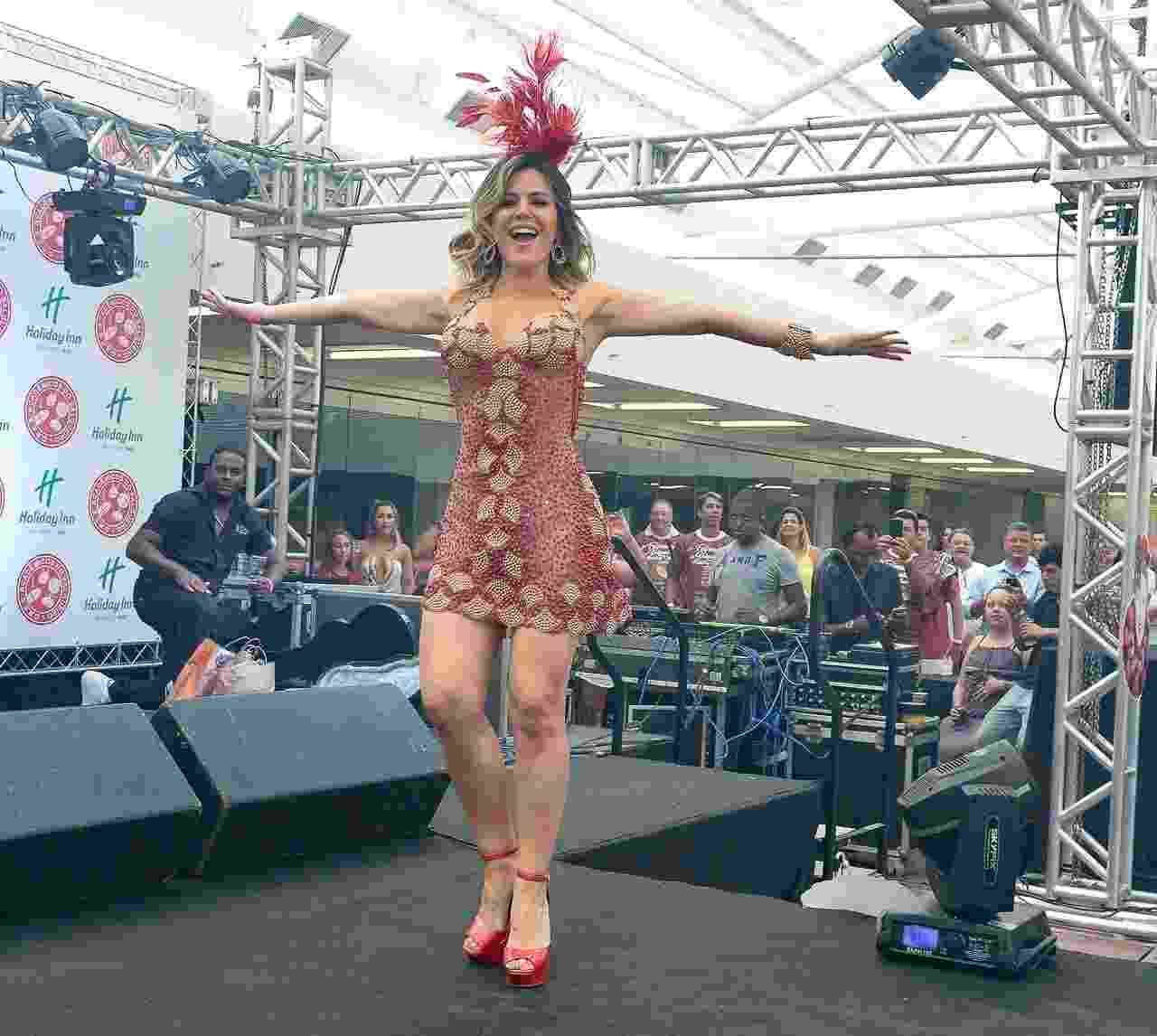 Tânia Oliveira samba na Feijoada do Salgueiro, na tarde de domingo (22), em São Paulo - Francisco Cepeda/AgNews