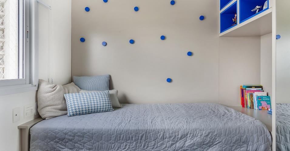 O projeto da Tria Arquitetura prioriza a circulação, encostando todos os móveis nas paredes a fim de manter o meio livre para facilitar a abertura das portas do guarda-roupa e as brincadeiras no chão