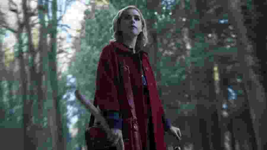 """Kiernan Shipka em cena de """"Chilling Adventures of Sabrina"""" - Reprodução"""