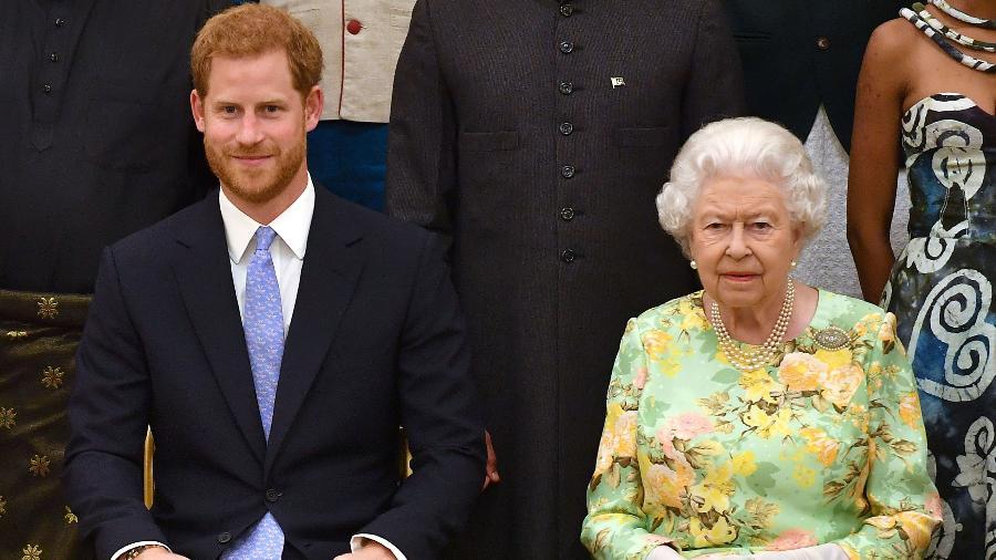 O príncipe Harry, aparentemente um tanto tenso, ao lado da avó, a rainha Elizabeth 2ª, durante um compromisso oficial em 26 de junho - Getty Images