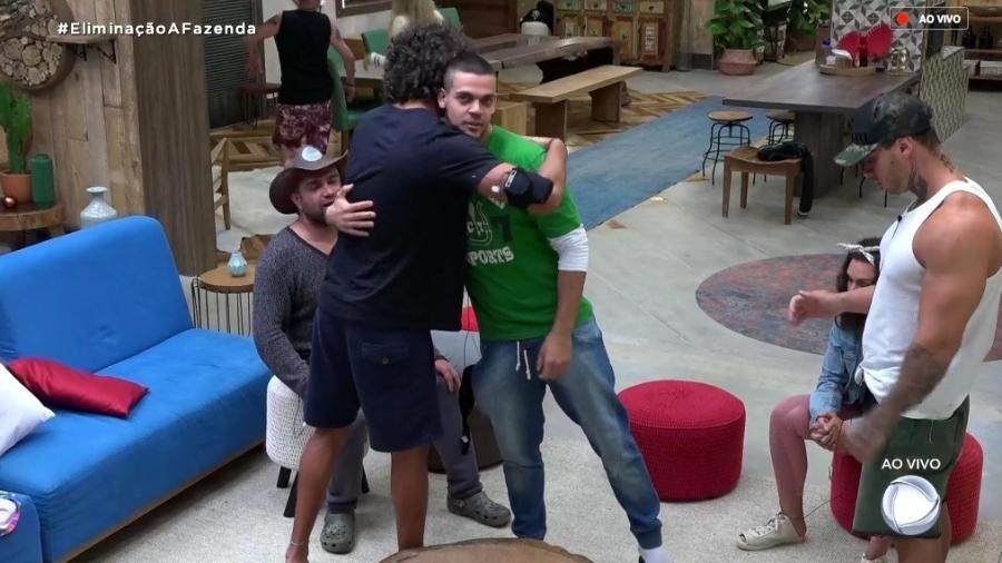 João e Caique se abraçam antes de realizar a prova de fogo  - Reprodução/RecordTV
