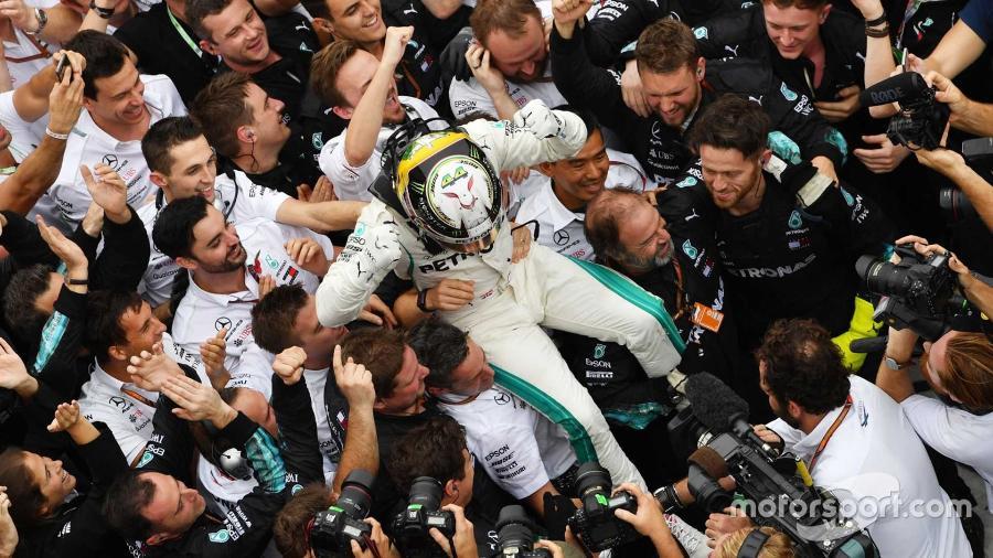 Lewis Hamilton comemora vitória no GP do Brasil - Divulgação