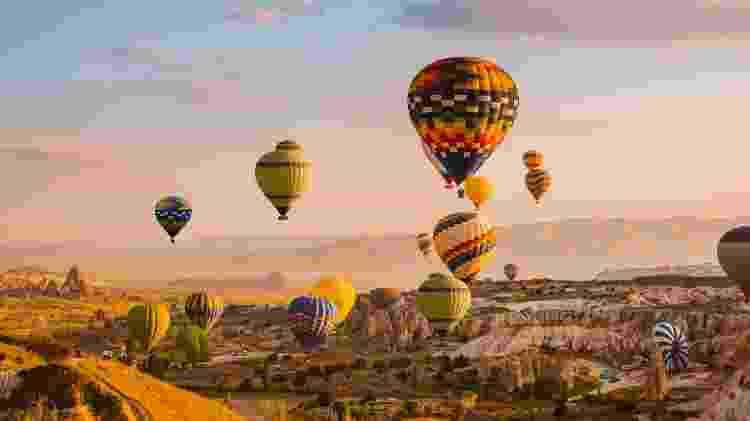 Na Capadócia, turistas também podem realizar lindos voos de balão - kotangens/Getty Images/iStockphoto