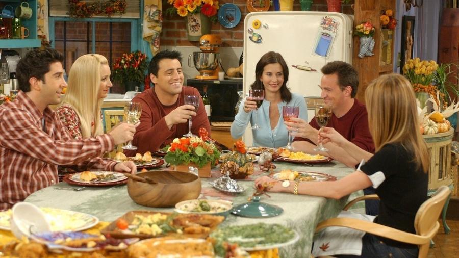 Cena da série Friends com os personagens reunidos à mesa - reprodução/Warner/NBC
