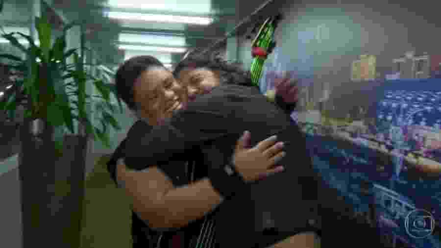 Júnior Groovador recebe abraço de Dave Grohl - Reprodução/Globo