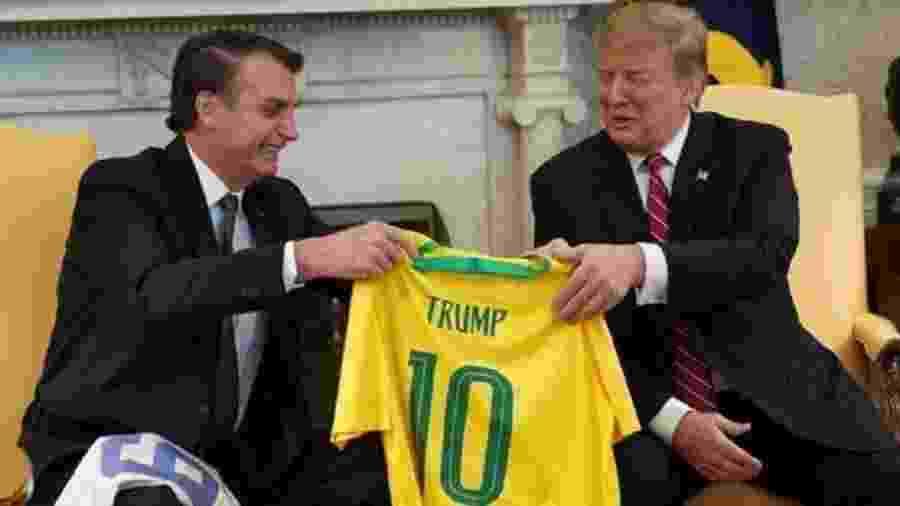 Bolsonaro entrega camisa da seleção brasileira a Donald Trump - Getty Images