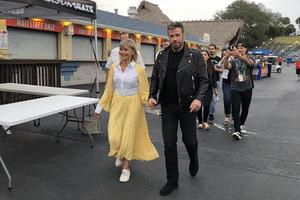 Nostalgia   John Travolta e Olivia Newton-John aparecem com figurino de Grease