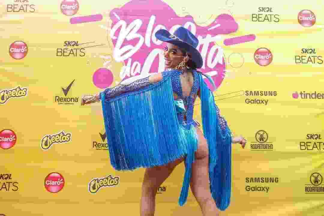 Fantasiada de Arara Azul, Anitta se prepara para seu Bloco da Anitta, que desfila hoje no centro do Rio de Janeiro - Marcelo de Jesus/UOL