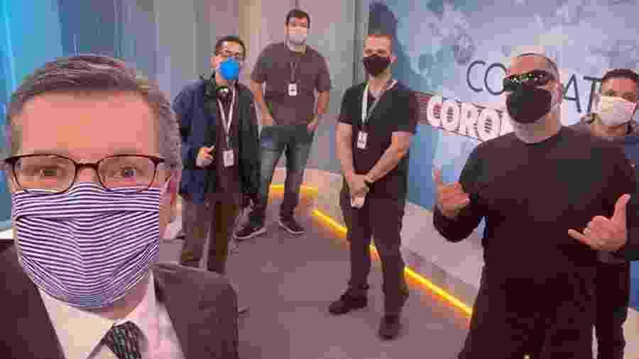 Apresentador Márcio Gomes com a equipe do programa Combate ao Coronavírus - Reprodução/Instagram