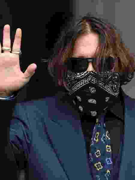 Johnny Depp usa bandana no rosto ao chegar para audiência em Londres - Getty Images