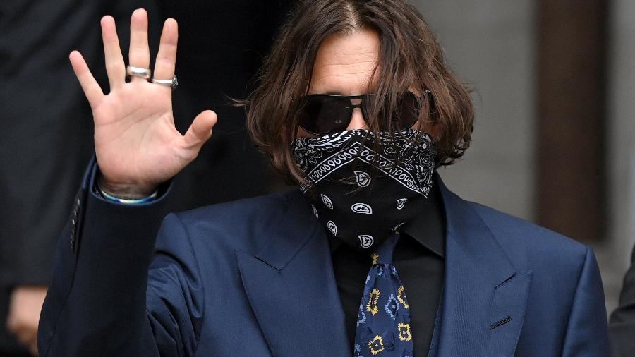9.jul.2020 - Johnny Depp usa bandana no rosto ao chegar para audiência em Londres - Getty Images