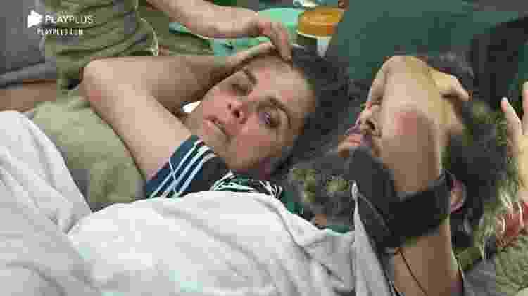 A Fazenda 2020: Cartolouco e Luiza Ambiel deitados na mesma cama - Reprodução/Playplus - Reprodução/Playplus