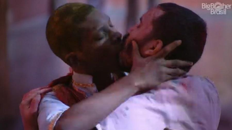 BBB 21: Lucas e Gil se beijam na festa - Reprodução/Globoplay