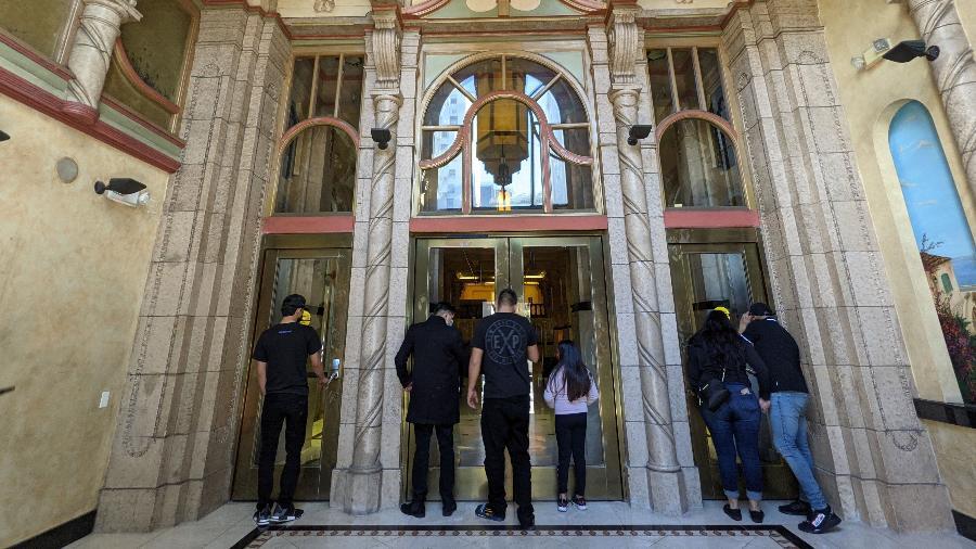 A entrada do icônico Cecil Hotel, de Los Angeles - Fernanda Ezabella