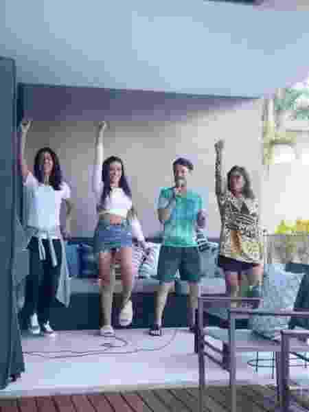 Juliette e família brincam de dançar na casa de Anitta - Reprodução/Instagram - Reprodução/Instagram