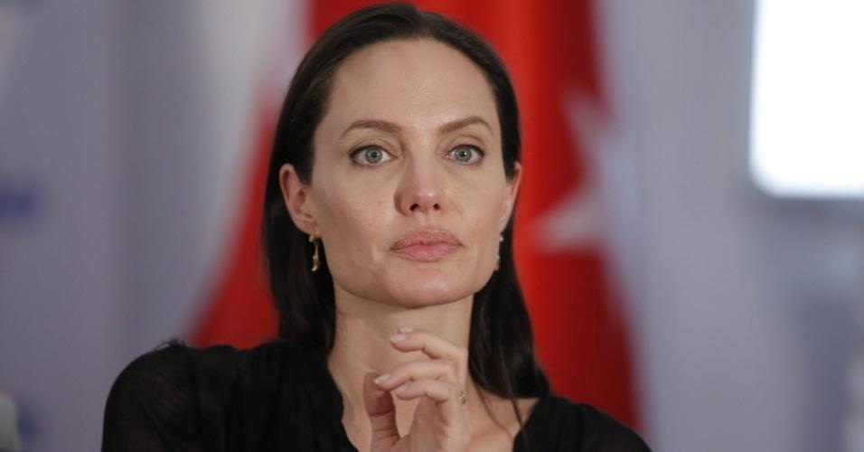 20.jun.2015- Enviada especial da ONU, Angelina Jolie durante sua visita a um campo de refugiados da Síria