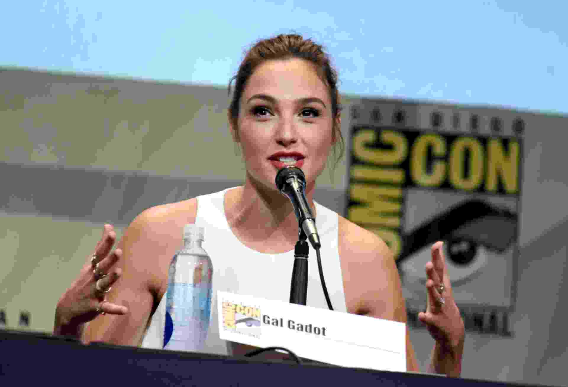 "11.jul.2015 - Gal Gadot, a Mulher Maravilha, participa de painel de ""Batman Vs Superman"" na San Diego Comic-Con - Kevin Winter/Getty Images"
