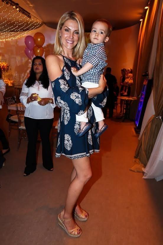 12.ago.2015 - Ana Hickmann na festa de aniversário de 2 anos da gêmeas Kiara e Maya, filhas do do cantor Leandro